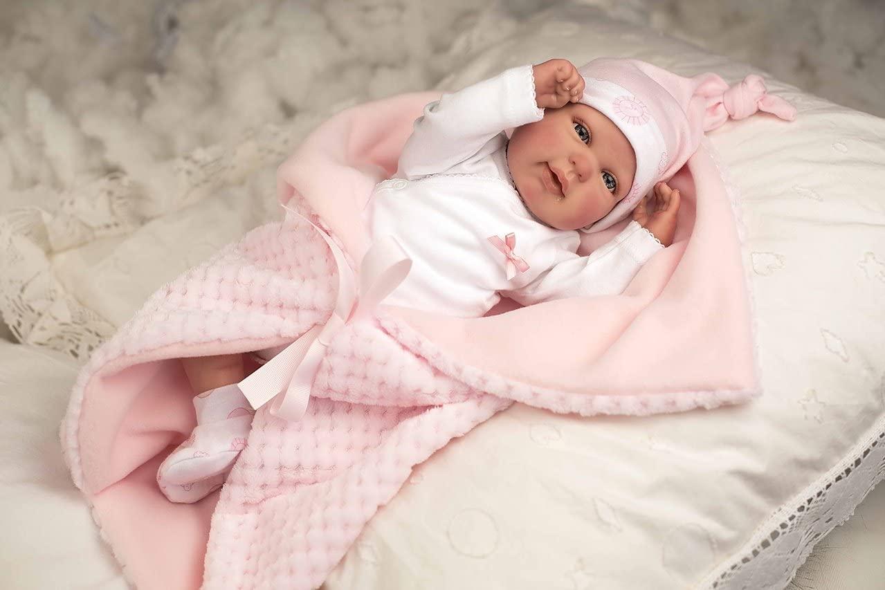 La poupée reborn Rocio est livrée avec sa couverture rose.