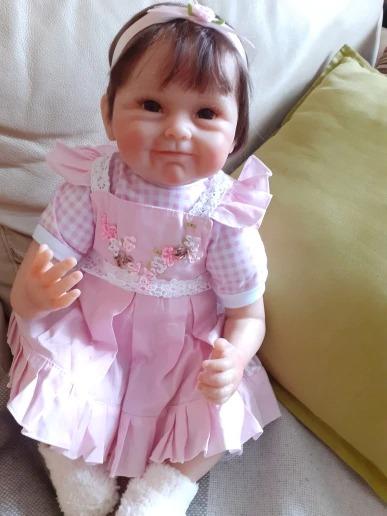 La poupée reborn Lili porte une petite robe.