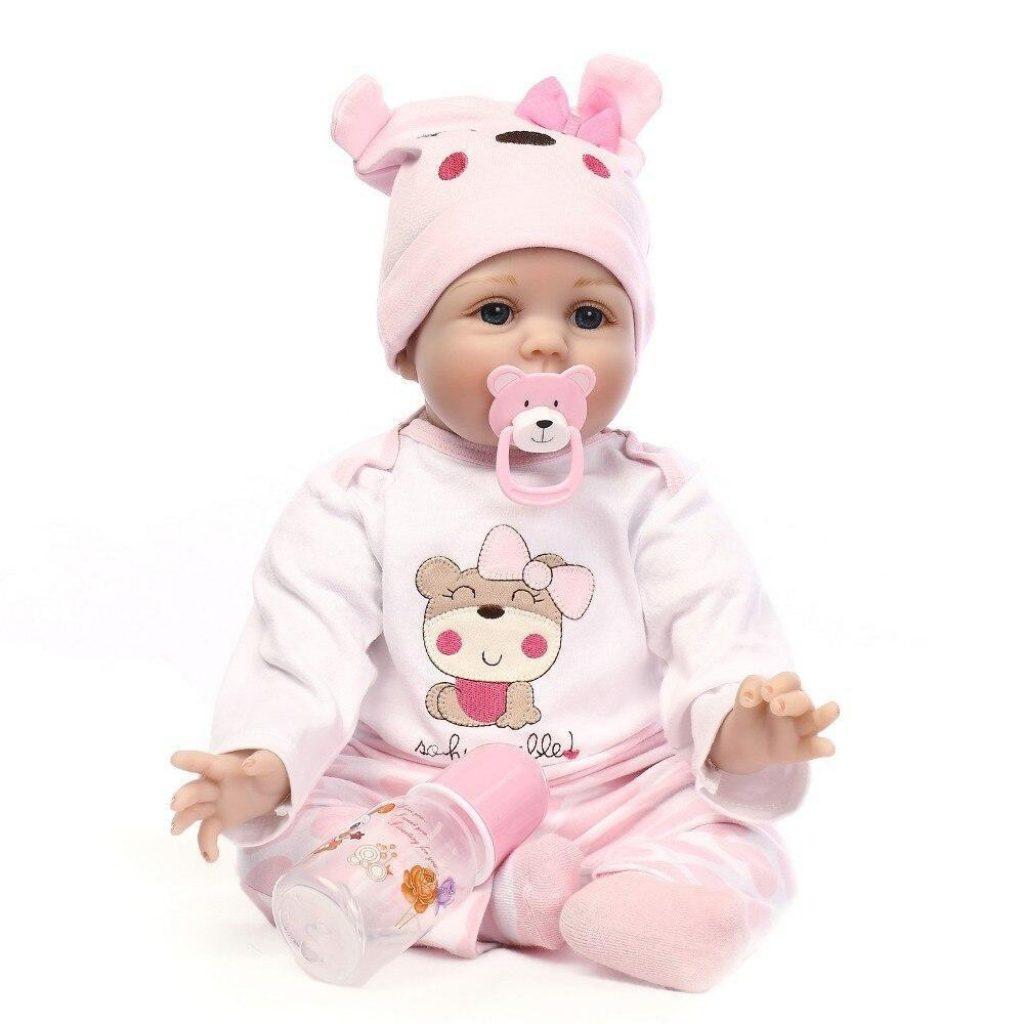 La poupée Romy mesure 55 cm.