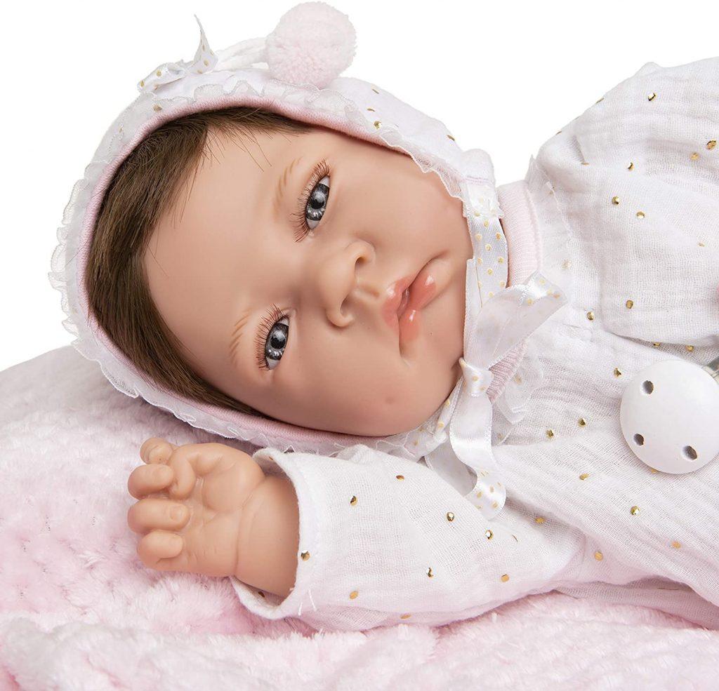Le reborn Carmen Maria Jesus a un visage bien potelé.