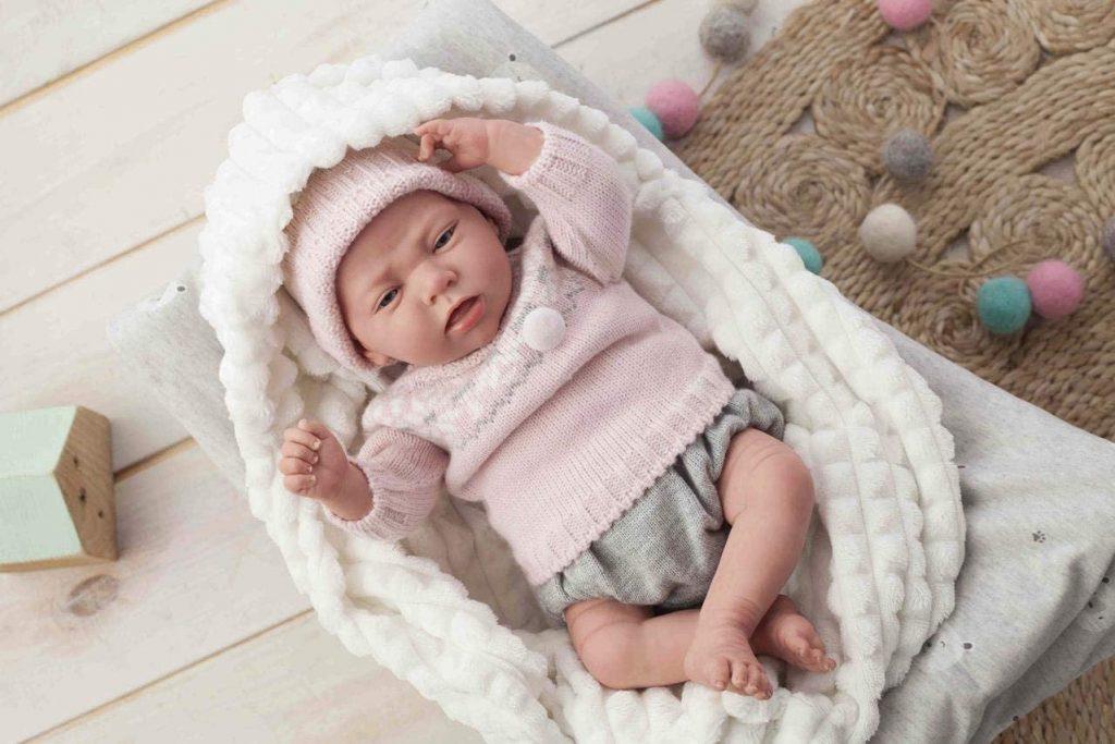 Cette poupée bébé mesure 40 cm.