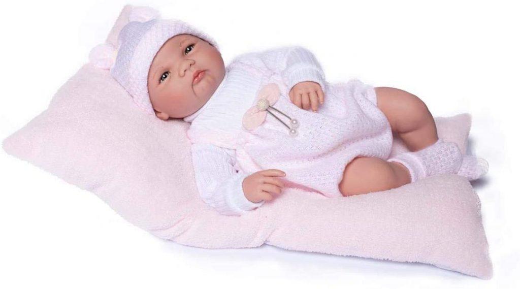 La poupée reborn Elsa a les yeux ouverts et fixes.