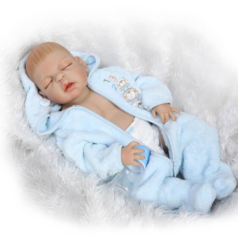 Ce bébé reborn en silicone se prénomme Liam.