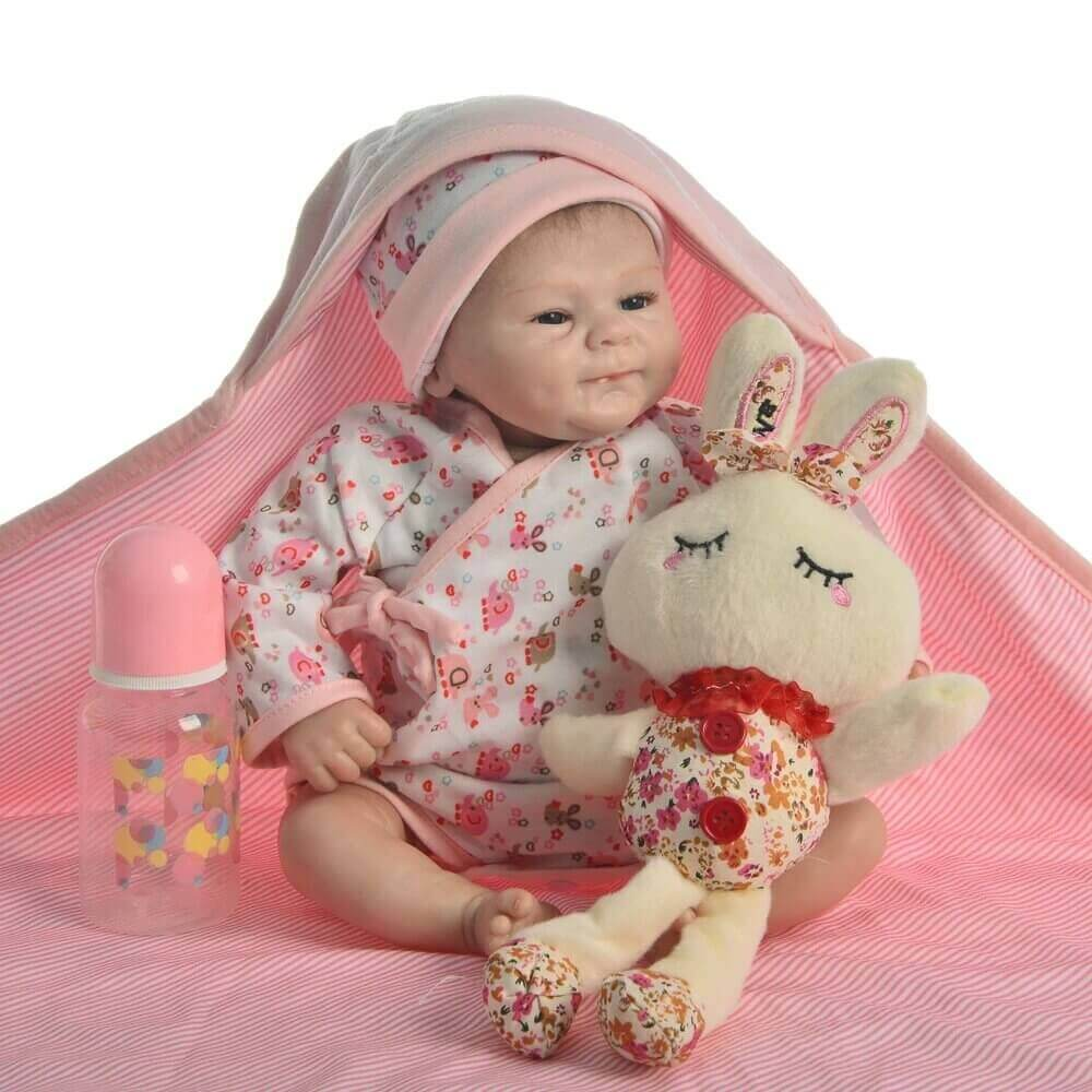 Le bébé reborn fille Apolline aime être accompagnée de son doudou.