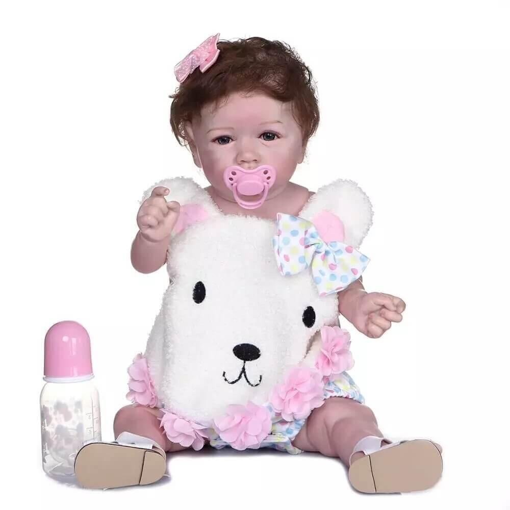 Le bébé reborn fille Noémie est à croquer avec son habit ourson.