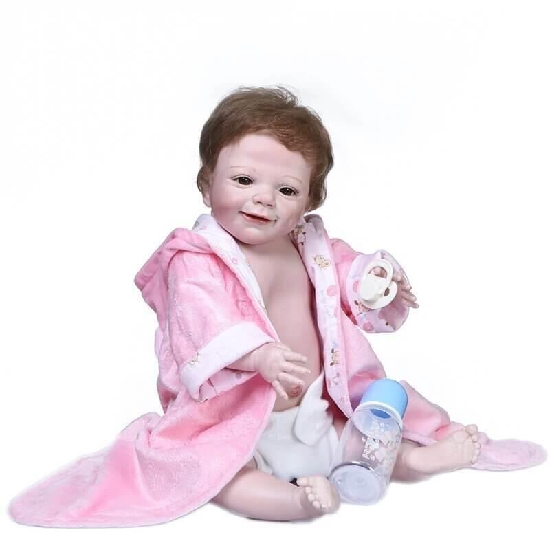 Ce bébé reborn fille a un corps complet en silicone.