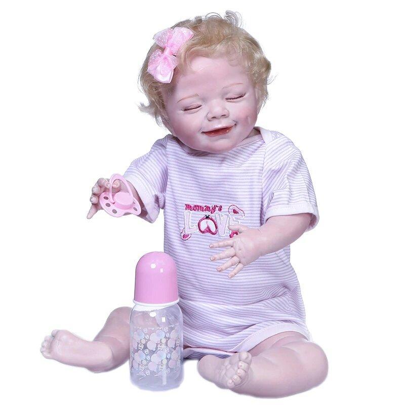 Le bébé reborn fille Océane sourit en dormant.