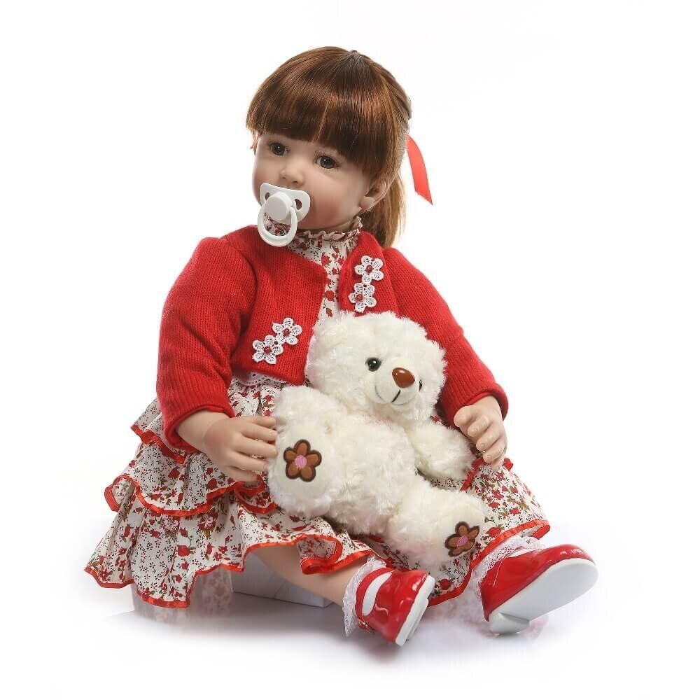 Cette poupée reborn a de longs cheveux.