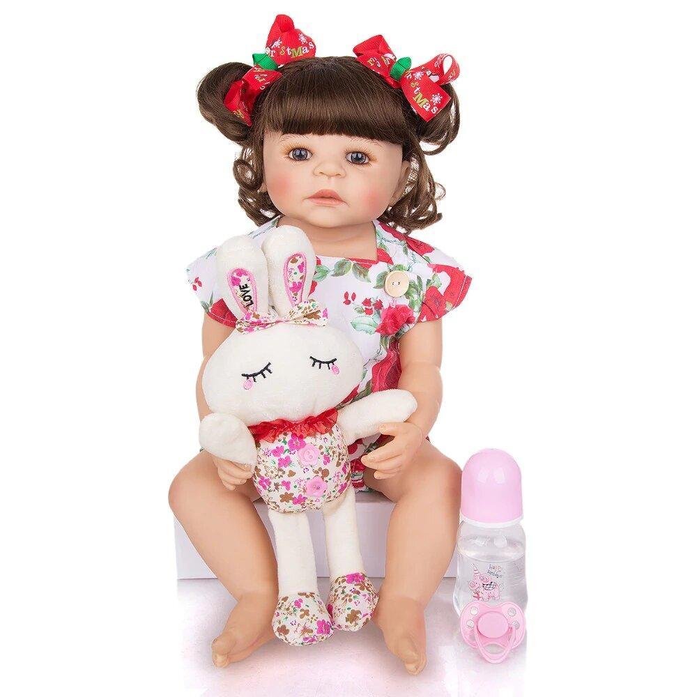 Le bébé reborn fille Loralis a une tenue fleurie.