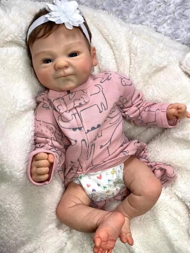 Ce bébé reborn fille est très réaliste.