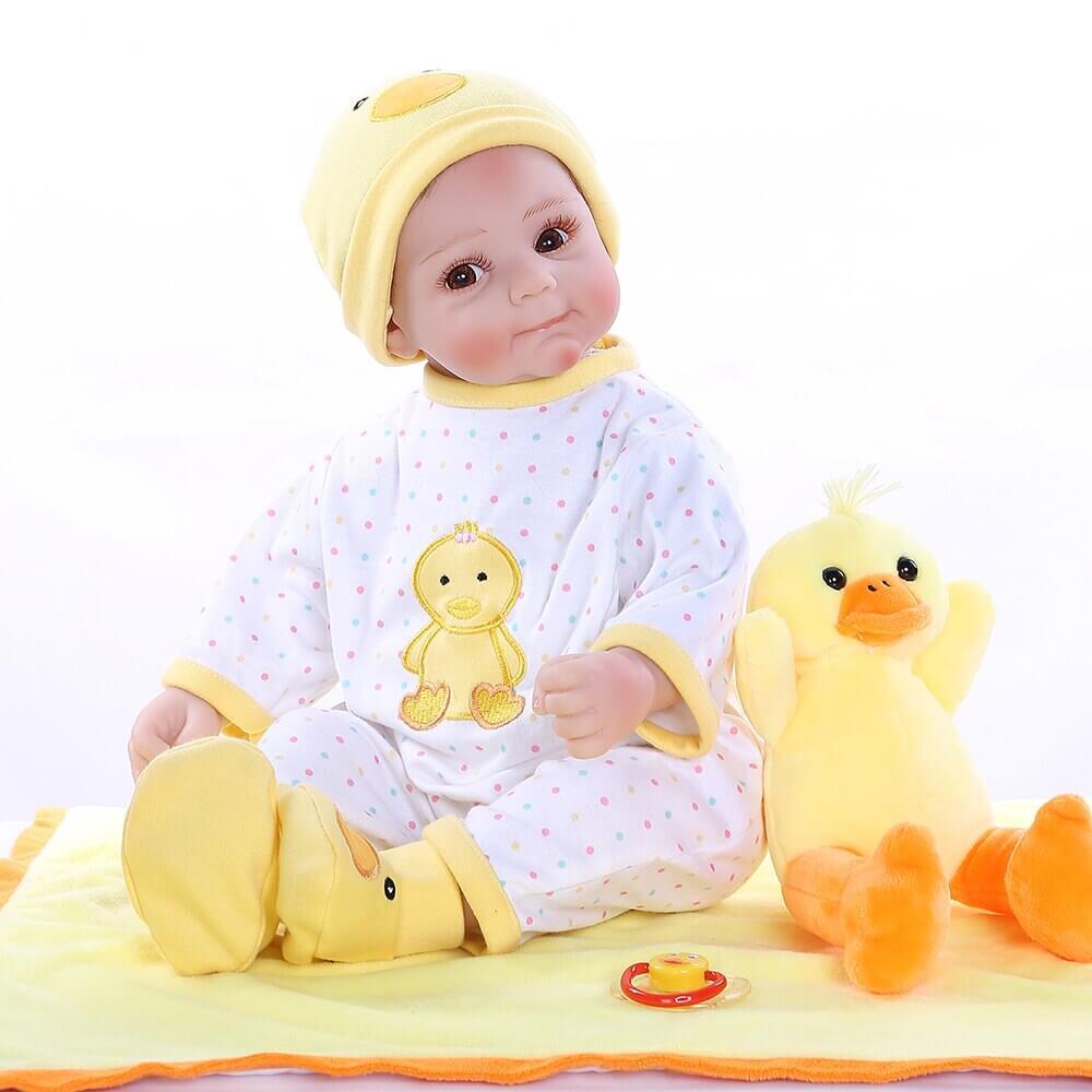 Ce bébé reborn garçon a une expression adorable.