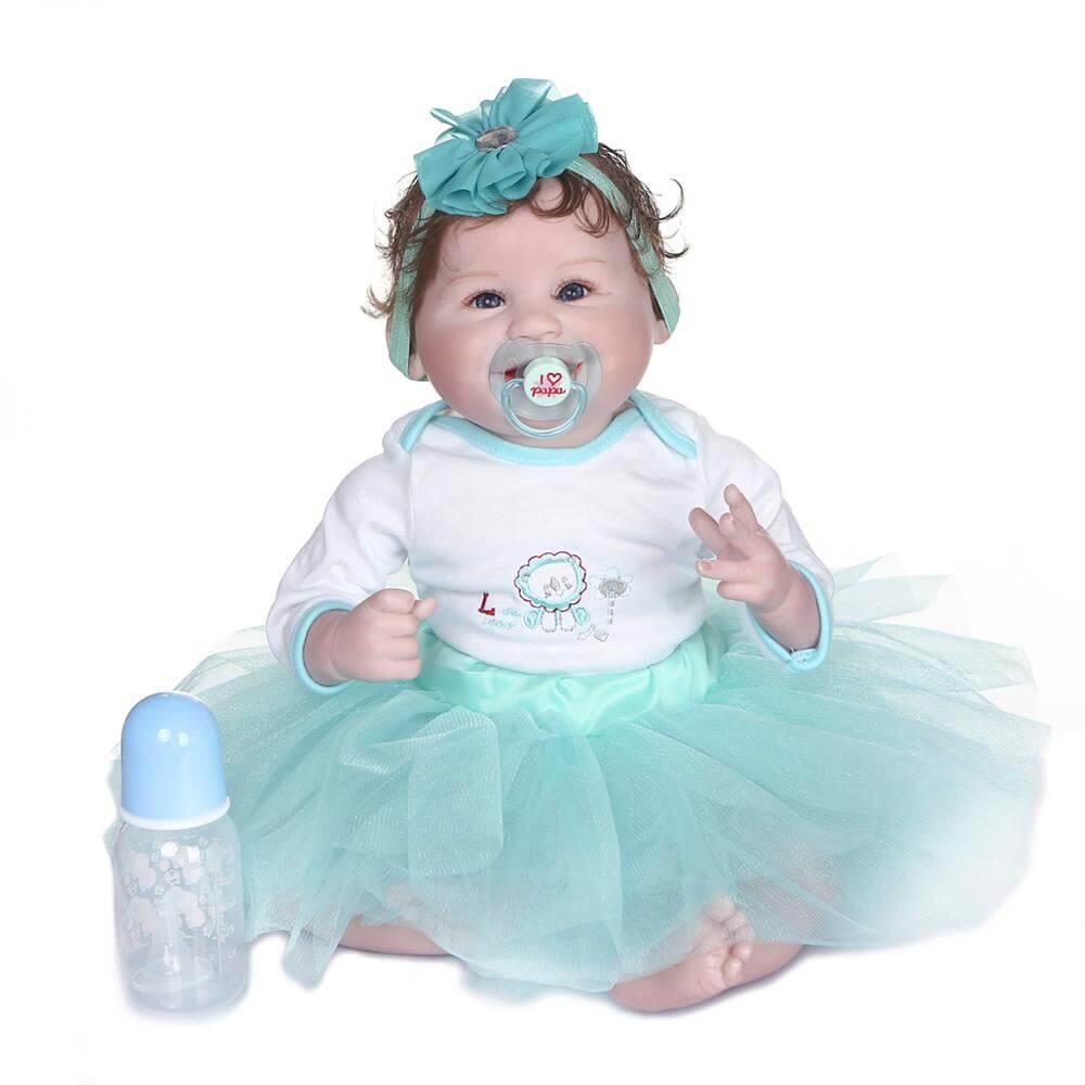 Billie est une belle poupée reborn.