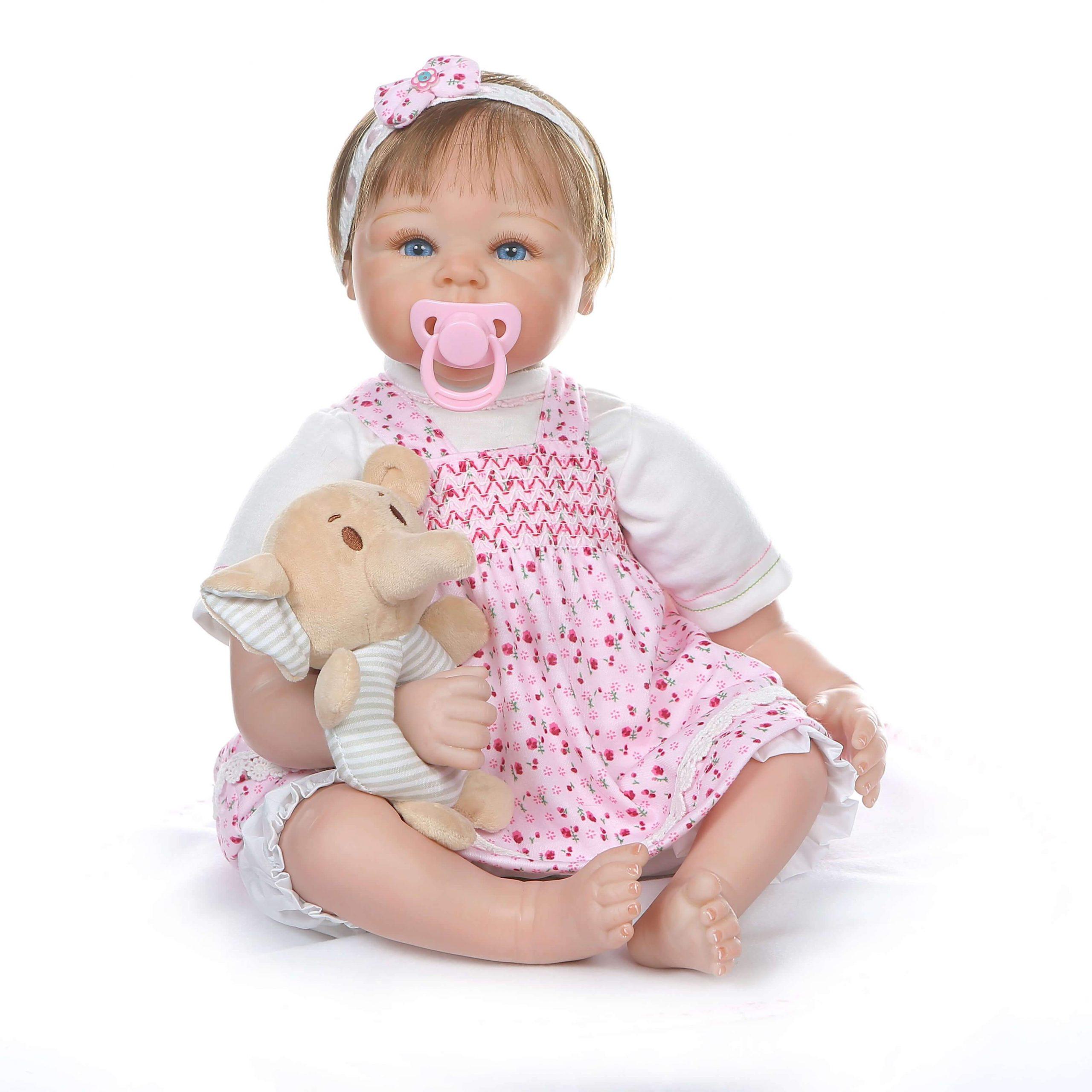 Le bébé reborn Enola a une peluche éléphant.