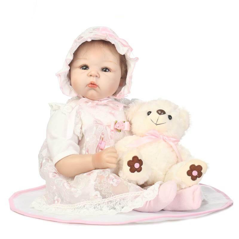 Aria est un bébé reborn avec une adorable expression.