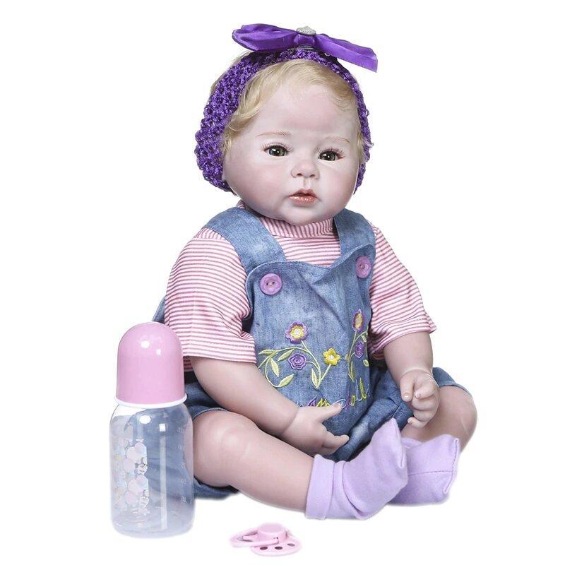 Le bébé reborn fille Lauriana a les cheveux blonds.