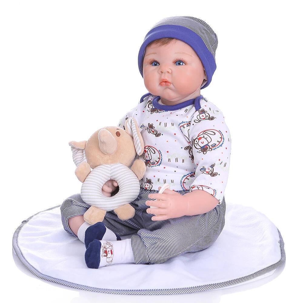 Le bébé reborn garçon Cédric a un doudou en forme d'éléphant.