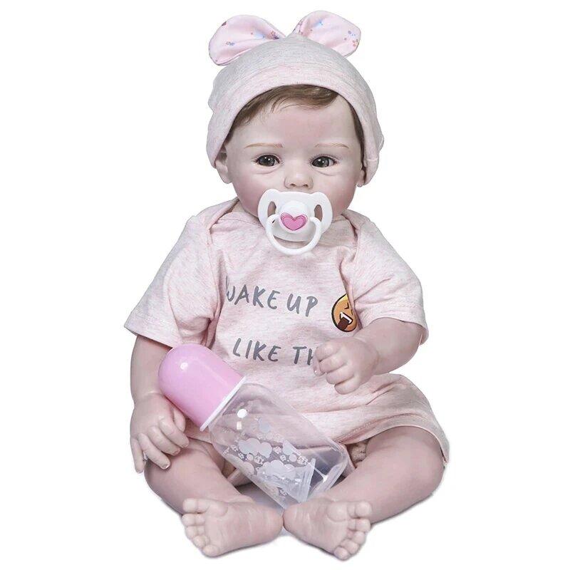 Le bébé reborn Natacha a une sucette.