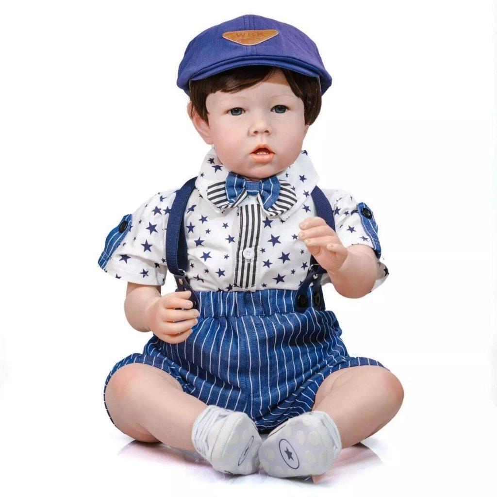 Le reborn Arthur ressemble à un vrai petit garçon.