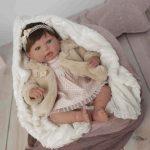 Ce bébé reborn fille se prénomme Andréa.