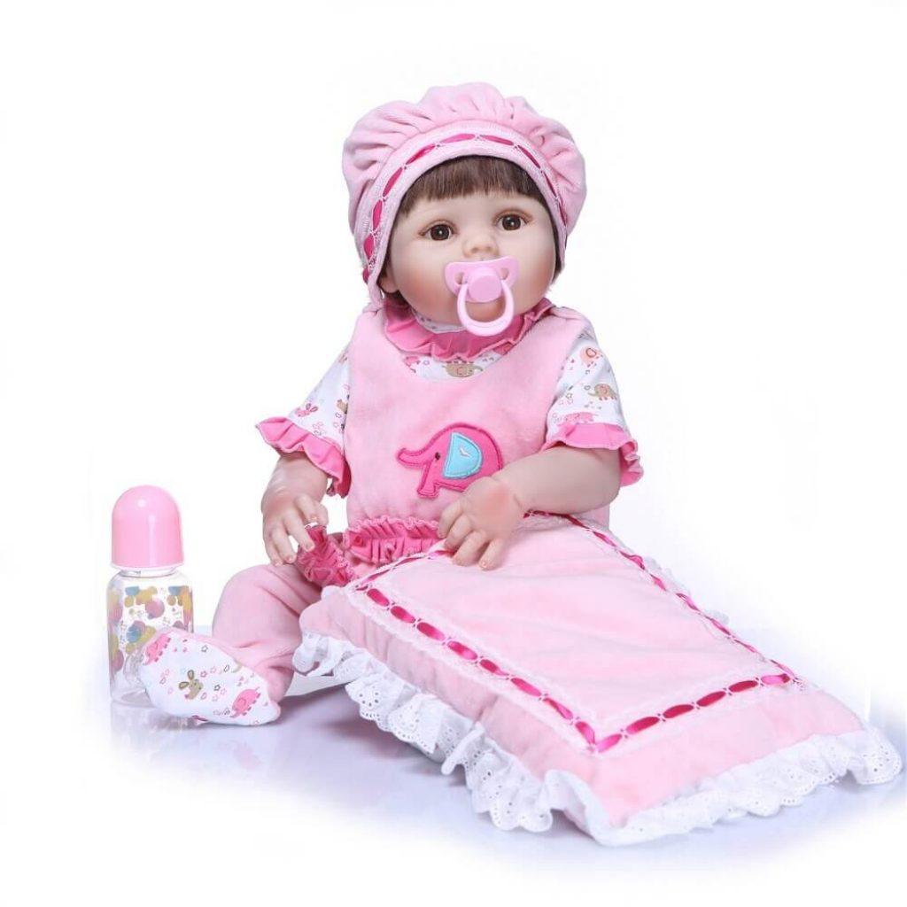 Audrey est un bébé reborn fille qui porte un bonnet de style berret.