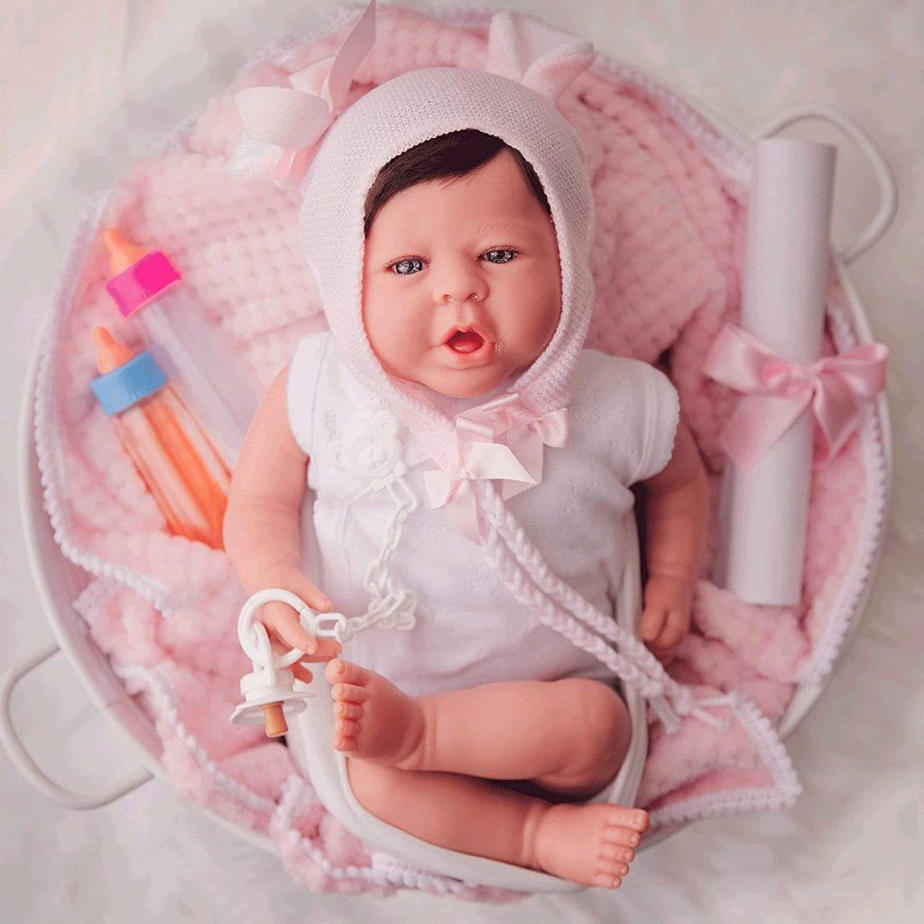 Le baby reborn Elisabeth de Maria Jesus est livré avec des accessoires.