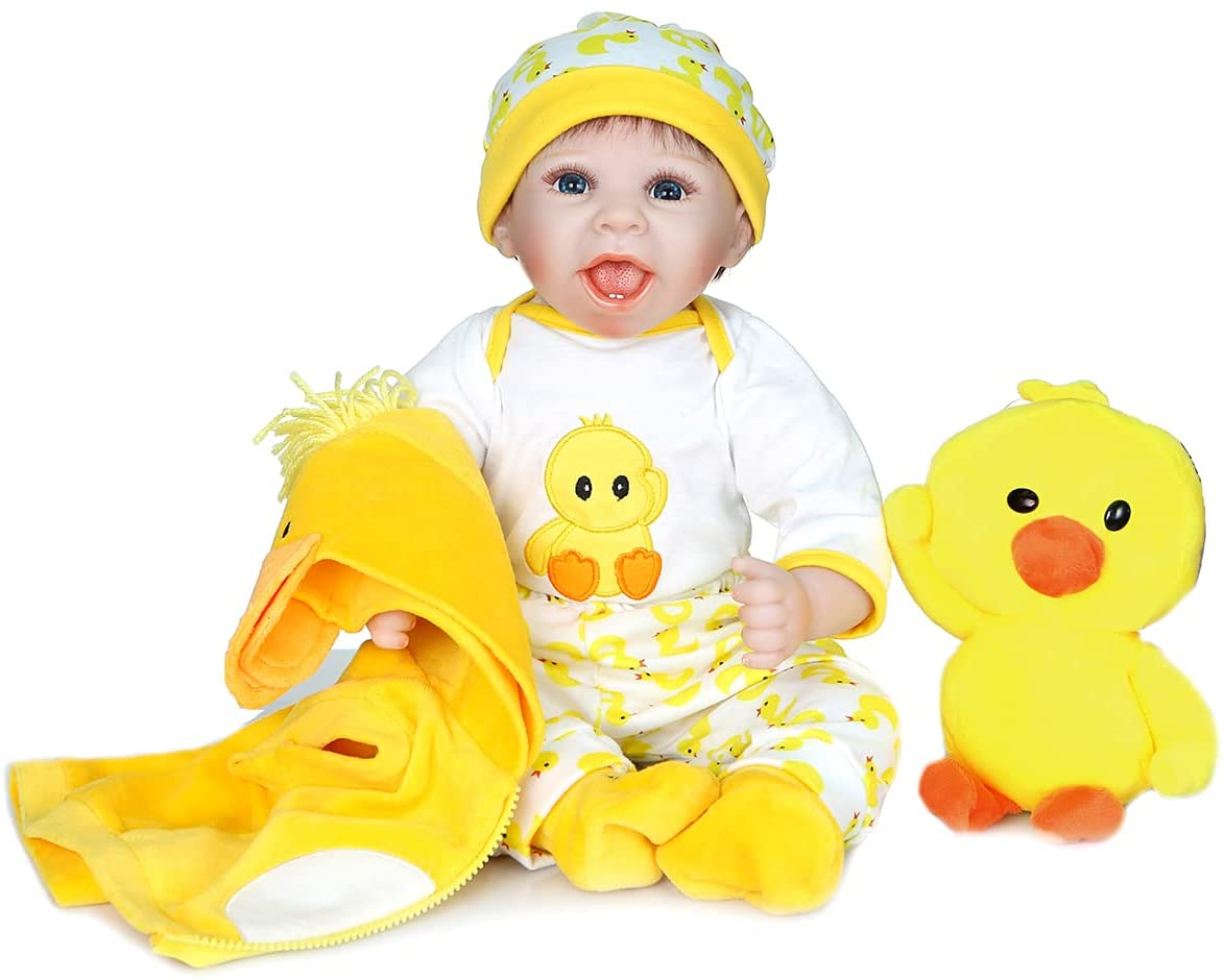 Ce bébé reborn avec son doudou canard est souriant.