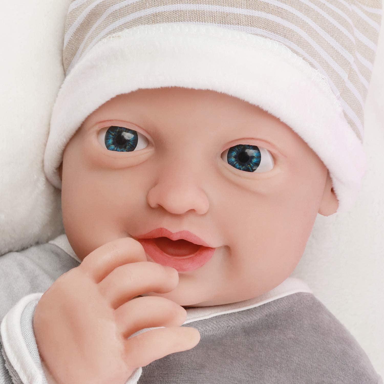 Ce bébé reborn en silicone heureux est un garçon.