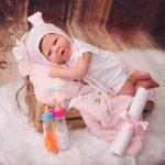 Le bébé reborn fille Elisabeth porte un bonnet péruvien.
