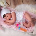 Le bébé reborn fille Manuela a des membres articulés en vinyle siliconé.
