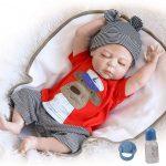 Ce bébé reborn garçon est endormi.