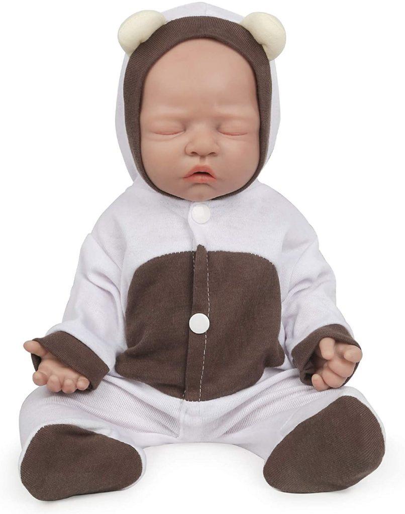 Ce bébé reborn fille Vollence est en silicone et a les yeux fermés.