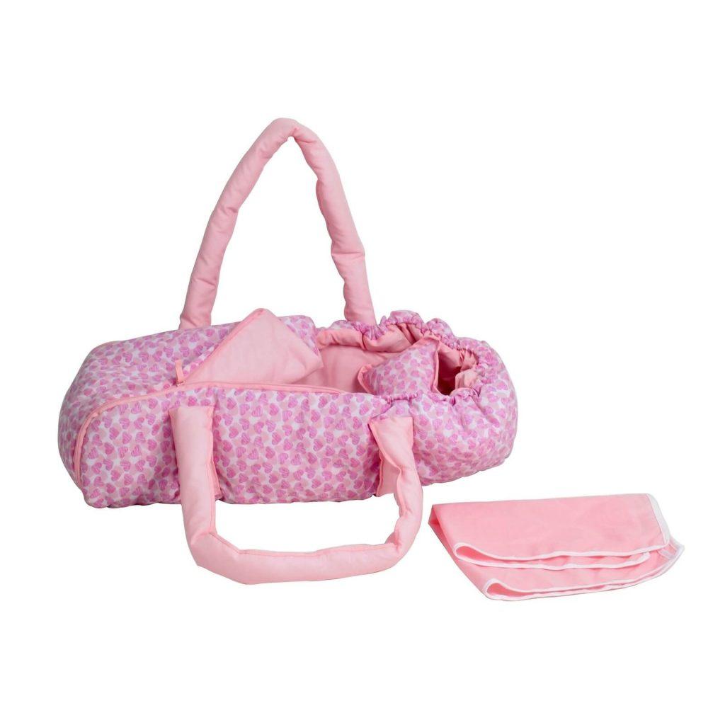 Ce couffin pour poupée est rose avec des motifs.