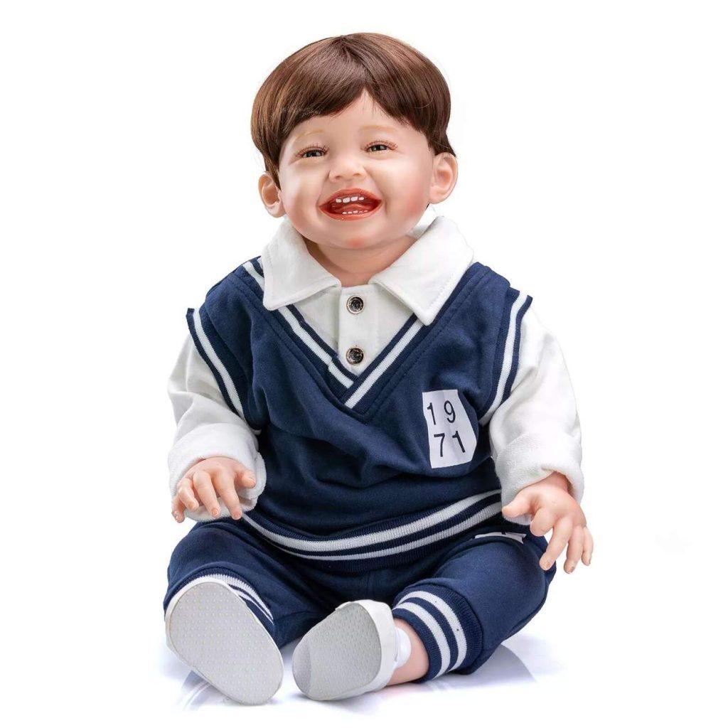 Le poupon reborn Ethan est souriant.