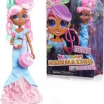 La poupée Hairdorables Hairmazing Dee Dee a de longues boucles d'oreilles roses.