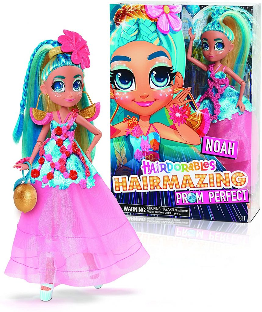 La poupée Hairdorables Hairmazing Noah a une fleur dans ses cheveux.