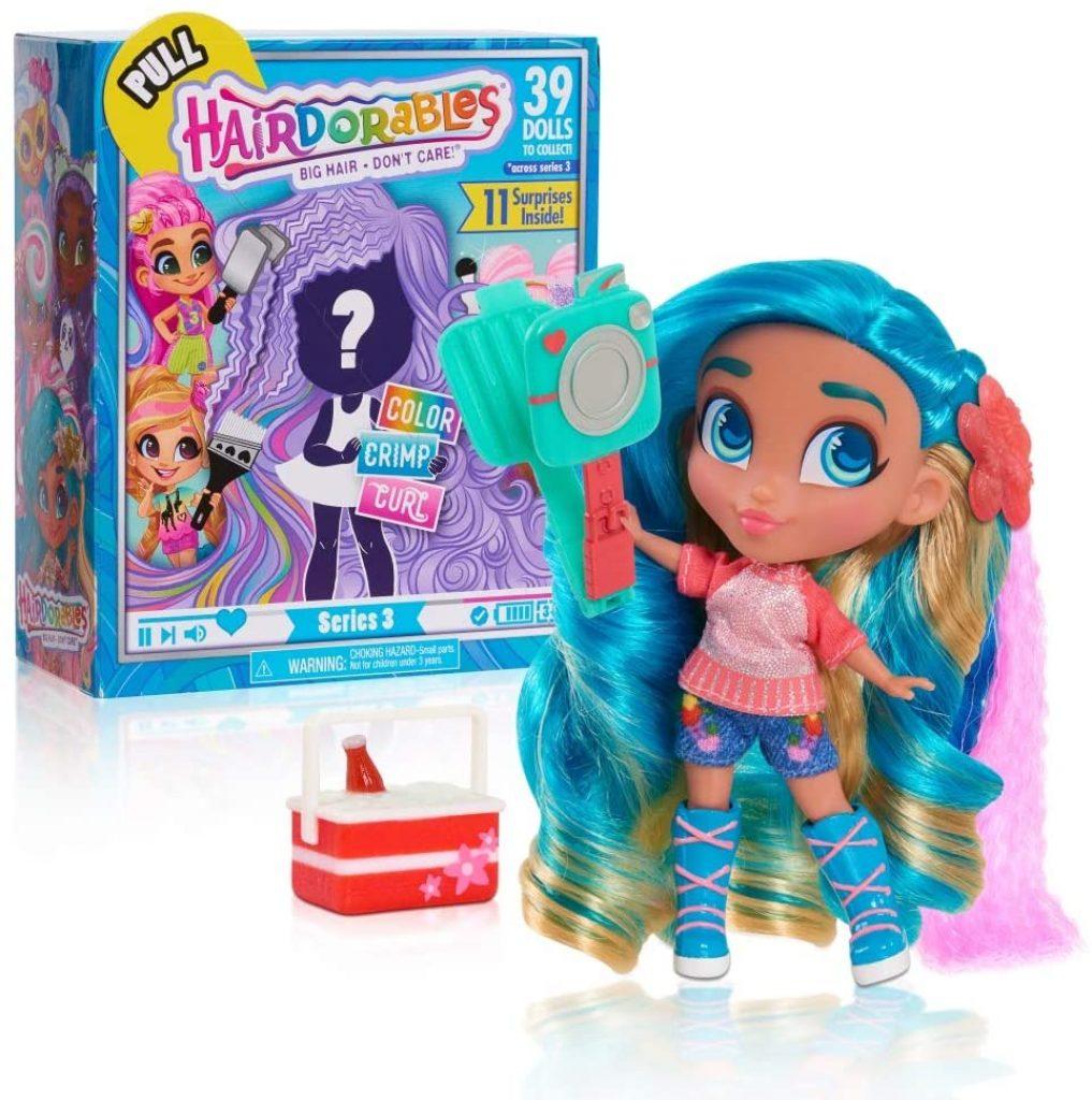 Les poupées Hairdorables de la série 3 sont livrés avec un support pour les maintenir.
