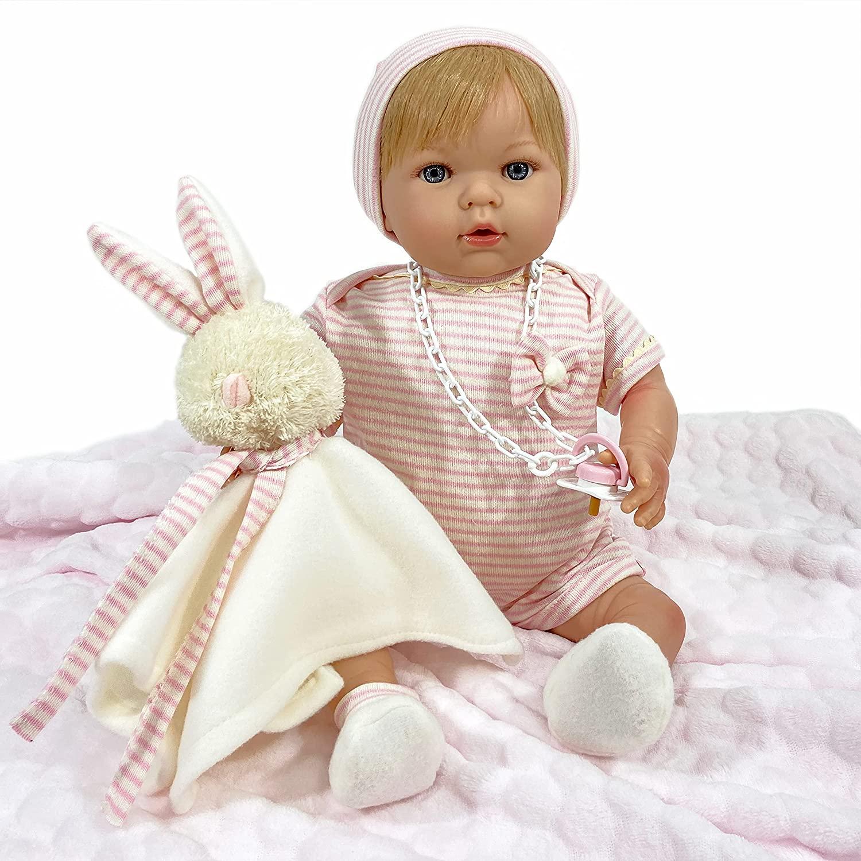 Cette poupée reborn Nines d'Onil est livrée avec son doudou lapin.