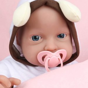 Ce bébé reborn fille en silicone a un pyjama à capuche.