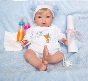 Cette poupée reborn Maria Jesus a les cheveux blonds.
