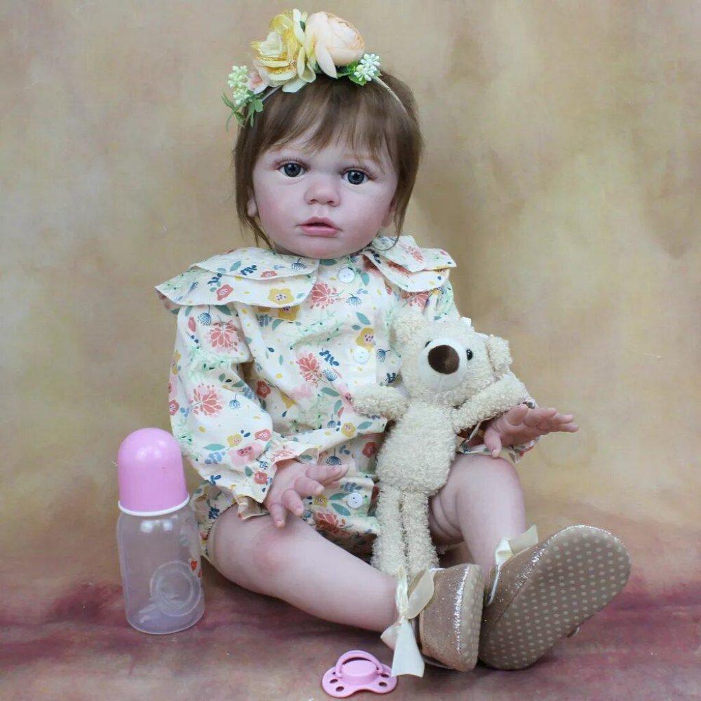 Mathilde est une poupée reborn livré avec un doudou.