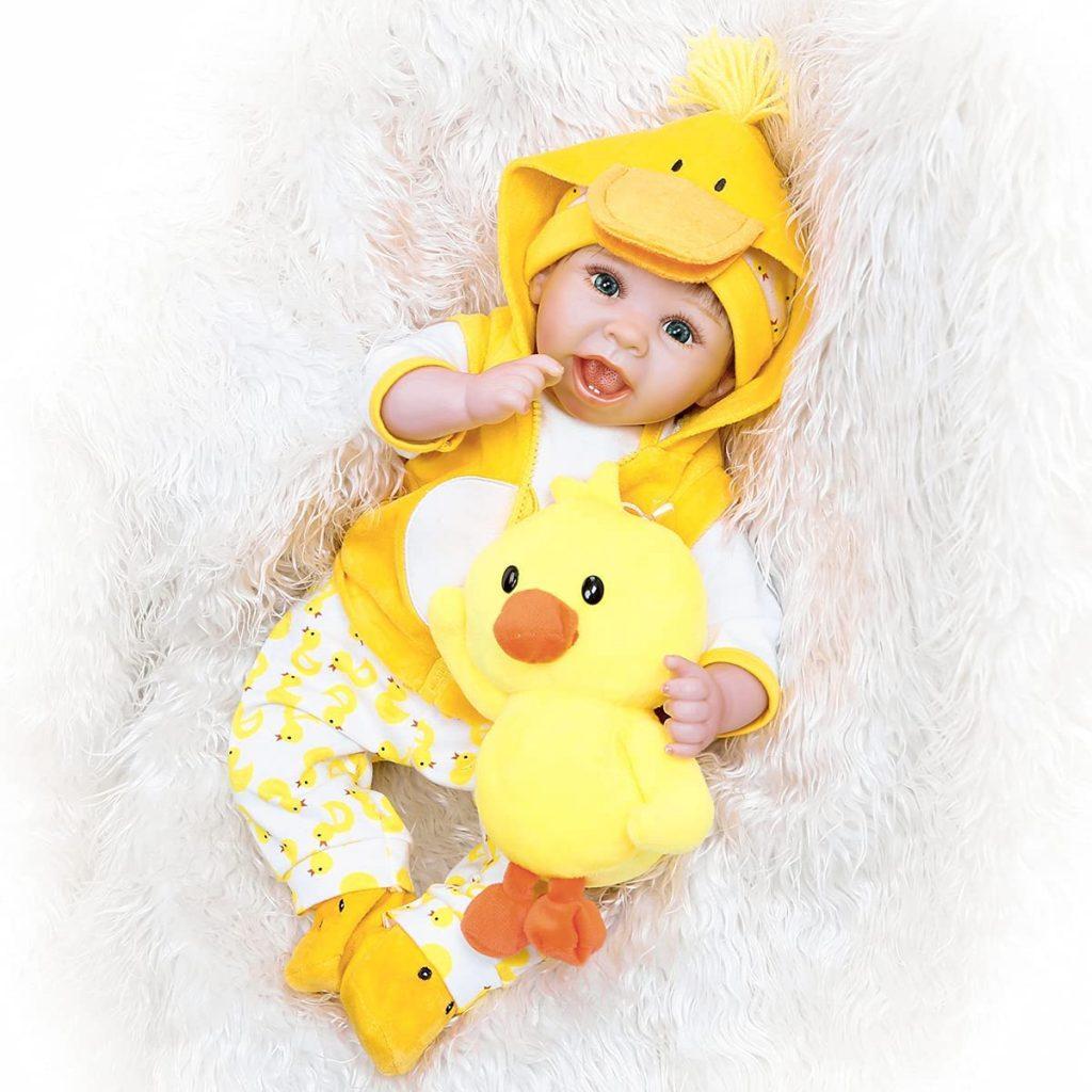 La capuche de la veste de ce reborn baby est en forme de tête de canard.