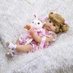 Le bébé reborn fille Constance a un doudou lapin.