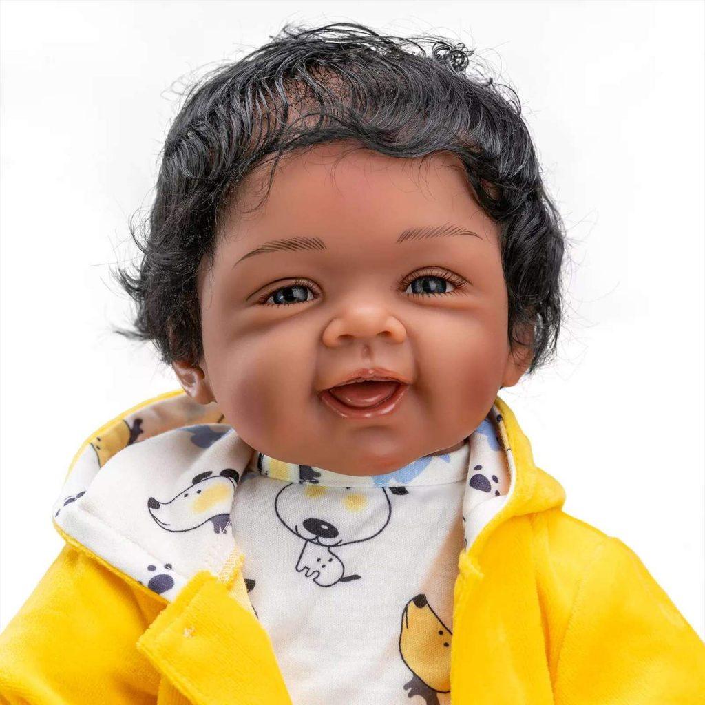 Le bébé reborn garçon Adel a une peau métisse.