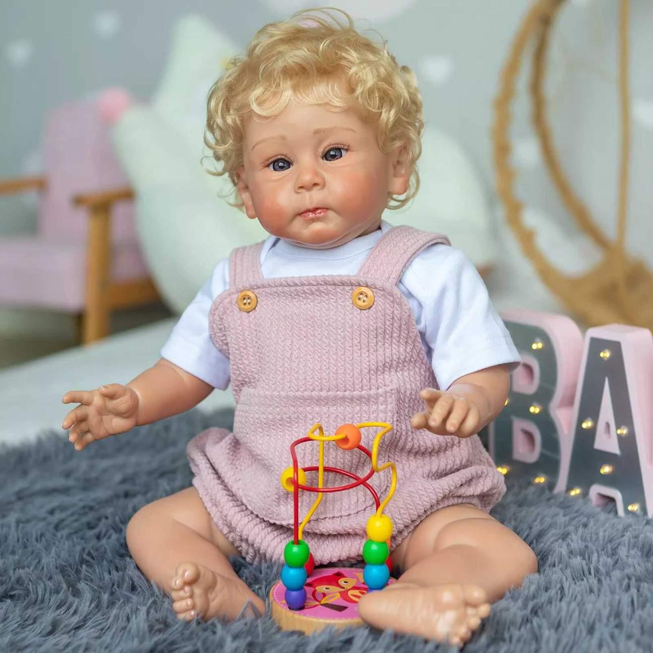 Le bébé reborn garçon Isaac a des pommettes rosées.