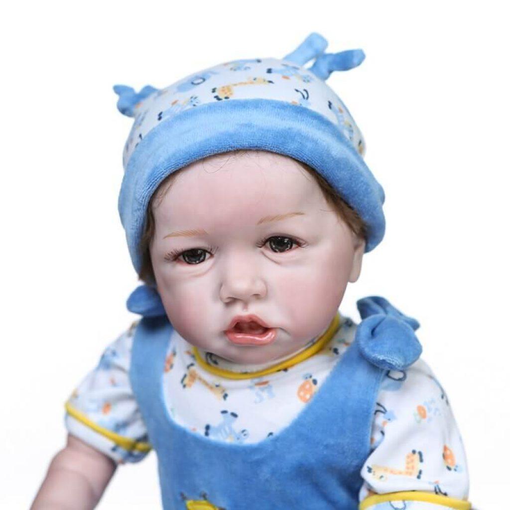Le bébé reborn garçon Mathys a une bouille adorable.
