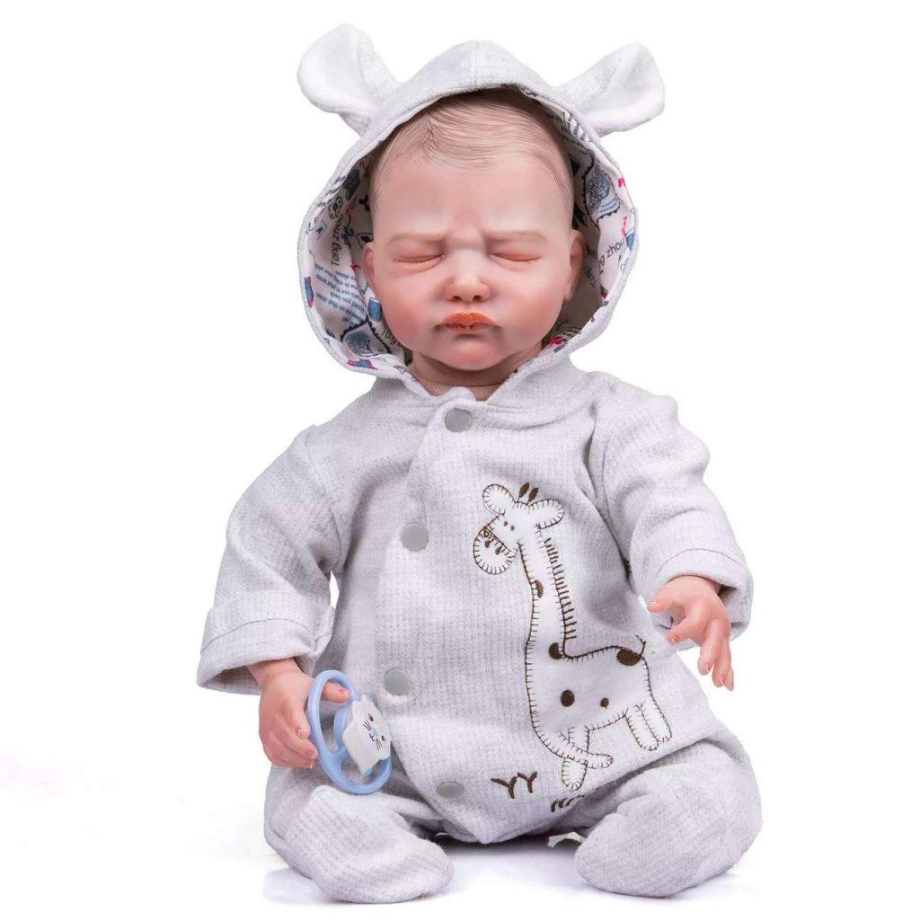Le bébé reborn garçon Romain fait une moue de bébé à croquer.