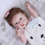 Le bébé reborn fille Noémie peut s'allonger.