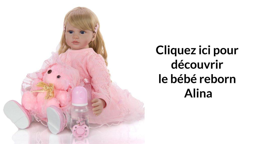La poupée réaliste Alina a un doudou rose.