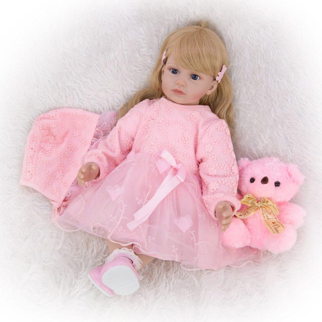La poupée reborn Alina a un visage angélique.