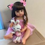 La poupée reborn Dita a une peluche lapin.